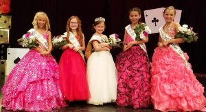 Pictured (l to r): 4th Runner-up Braelyn Miller, 2nd Runner-up Scarlett Roston, Miss Teeny Pop 2017 Paytn Smith, 1st Runner-up Alivia Guadarrama, and 3rd Runner-up Ava Roseberry.